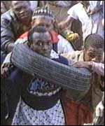 Winnie Mandela inventó el 'collar', un neumático de gasolina lleno se coloca sobre una víctima y se enciende
